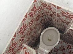 Si tienes mucha necesidad de entrar a este baño tendrás que hacer un poco de malabares para hacerlo correctamente… ya ni pensar en que alguien quiera usarlo si está algo pasado de peso…A veces les fallan los cálculos a los arquitectos