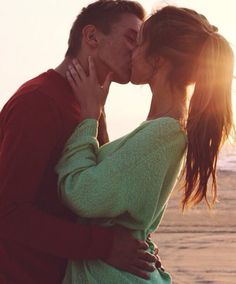 So much passion in this couple ! #kiss #couple #teenagers #beach