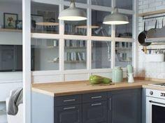 Kuchnię odgradza od salonu cienka ściana z taflami szkła. Ten zabieg sprawia, że aranżacja zyskuje na dekoracyjności i...