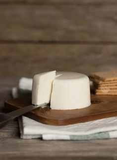 Receita rápida, simples e deliciosa de queijo vegano (estilo queijo fresco), uma alternativa 100% vegetal ao tradicional queijo de origem animal.