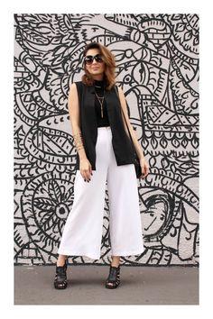 Cómo ordenar tu clóset como una experta #TiZKKAmoda #blusa #chaleco #negro #culottes #zapatillas #lentes #look #fashion Summer Outfits, Casual Outfits, Fashion Outfits, Rock Outfits, Emo Outfits, Fashion Boots, Hijab Evening Dress, Outfits Mujer, Pantalon Large