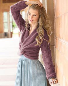 Вязаные вещи сэффектом запаха очень оригинальны. Впрочем, мягчайший мохеровый пуловер привлекает внимание не только исполнением переда, но и красивым узором рукавов.         РАЗМЕРЫ 34/36 (38/40) ВАМ…