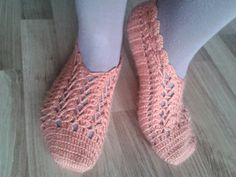 This Pin was discovered by dil Crochet Slipper Boots, Crochet Slipper Pattern, Slipper Socks, Crochet Slippers, Crochet Stars, Knit Crochet, Baby Knitting Patterns, Crochet Patterns, Arm Warmers