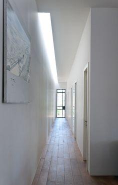 Modern Harutzim House. Скрітое природнее осветление коридора