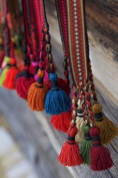 Torkjell Sletta: Detaljenes mester - Magasinet BUNAD Tassel Garland, Tassels, Norwegian Clothing, Card Weaving, Braids With Weave, Weaving Textiles, Color Shapes, Folk Costume, Traditional Outfits
