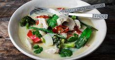 En god thai-karri kan man nesten aldri få nok av. Mye av hemmeligheten ligger i den perfekte balansen mellom salt, søtt, syrlig og hot. Med masse friske grønnsaker og kyllingfilet, er dette dessuten en litt sunnere middag.