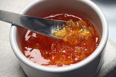 La Marmellata di arance è una deliziosa conserva di frutta facile da preparare in casa. Le arance ed il limoni dovranno essere sbucciati quindi tagli...