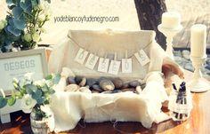 Banderitas o banderolas decorativas de la mesa de dedicatorias de los invitados a los novios