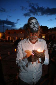 Francisco Toledo durante una marcha para exigir justicia para los cinco asesinados en la colonia Narvarte, en el DF, entre ellos el periodista Rubén Espinosa y la activista Nadia Vera. Foto: Arturo Pérez, Cuartoscuro