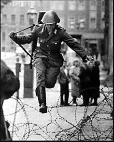 soldado de Alemania Oriental llamado Hans Conrad Schumann que  desertó a Alemania Occidental durante la construcción del muro de Berlín en 1961.