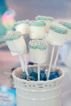 Fonte: http://www.karaspartyideas.com/2014/04/disneys-frozen-themed-birthday-party-2.html?utm_source=feedburner&utm_medium=email&utm_campaign=Feed:+KarasPartyIdeas+(Kara%27s+Party+Ideas)