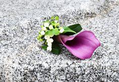 #Anstecker für den #Bräutigam am Tag der #Hochzeit in #fuchsia und #grün - #calla die stolze #Schönheit - #groom #flower #boutonniere #weddinginspiration