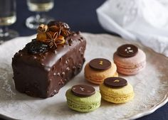 パン・デピス・オ・ショコラとシャンパン風味のマカロンセット Sweet Coffee, Macaroons, Drinking Tea, Cheesecake, Deserts, Pudding, Tasty, Sweets, Chocolate