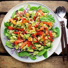 Bønnesalat med butterbeans, avocadocreme, bagte snackpebre og spinat