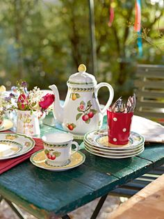 Garden Tea I have this tea set pattern. Contemporary Dinnerware, Autumn Tea, Cream Tea, Afternoon Tea Parties, Cafetiere, Garden Party Wedding, China Patterns, High Tea, Outdoor Dining