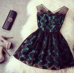 Vestido azul, negro. Corto, con flores.