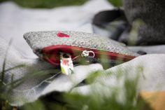 Kosmetiktasche aus 100% österreichischem Loden. 100% Merinowolle mit farbigen Details, wie personalisierbaren Monogrammen und farbigem Leder. Dieser Kosmetikbeutel ist ein tolles individuelles Weihnachtsgeschenk und eine Geschenkidee für Frauen und auch Männer. ----- Cosmetic bag made of 100% Austrian loden. 100% merino wool with coloured details such as personalisable monograms and coloured leather. This cosmetic bag is a great individual Christmas gift for women and also for men. Moderne Outfits, Grey, Moonlight, Gift Ideas For Women, Unique Gifts, Personalized Gifts, Monogram, Baby Favors, Scarves