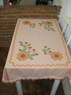 Discover thousands of images about Manualidades Chicken Scratch Patterns, Chicken Scratch Embroidery, Bargello, Diy Arts And Crafts, Hand Stitching, Embroidery Stitches, Pot Holders, Needlework, Crochet Patterns