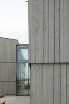 Plusenergie-Pilotprojekt: Schmuttertal-Gymnasium in Diedorf Cladding Design, Timber Cladding, Wood Architecture, Architecture Details, Modern Exterior, Exterior Design, Wooden Facade, Glass Structure, Gate Design