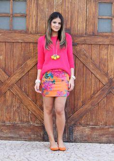 Tricô rosa + saia estampada + sapatilha