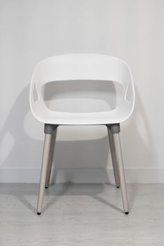 white plastic chair on white floor tiles photo – Free Chair Image on Unsplash Diy Furniture Easy, Diy Furniture Projects, Country Furniture, Deco Furniture, Refurbished Furniture, Upcycled Furniture, Furniture Making, Furniture Makeover, Furniture Design
