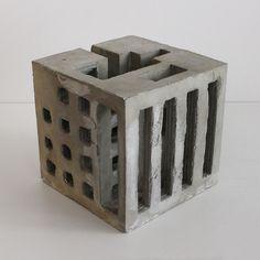 L'architecte et sculpteur quebecois David Umemoto conçoit des sculptures en béton aux formes inspirées par le fantastique brutalisme architectural des années 60. Ses créations représentent des monuments miniatures abstraits desquels ressortent des éléments d'architecture reconnaissables, certaines de ses sculptures sont composées de petits cubes avec lesquels il est possible de jouer pour inventer sa propre …