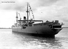 """El hidroavión-correo del buque alemán """"Schwabenland"""" espera en la catapulta el momento de su lanzamiento"""