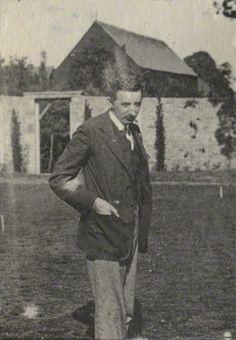 E. M. Forster em fotografia tirada por Lady Ottoline Morrell em 1922.