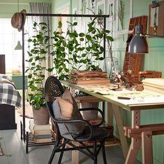 Une touche green pour le bureau. Le travail devient plus agréable lorsque des touches de verdure envahissent l'espace. Les plantes grimpantes jouent les cloisons et délimitent l'espace pour un esprit ultra green qui apporte fraîcheur et gaieté.
