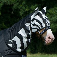 Bucas Buzz Off Zebra Rain Neck Piece - Perfect for fluctuating weather conditions, especially warm and wet days when the bugs like to hang around. In this sheet, features of the Buzz-off Zebra Fly Sheet and the Sun Shower Lightweight Turnout have been combined. The upper is waterproof and breathable, while the lower is made of Buzz-off Zebra fabric. Together you have a lightweight waterproof rug with both UV and fly protection. Designed for use with the Buff Off Zebra Rain Sheet.