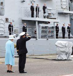 Pin for Later: Les Moments les Plus – et les Moins – Royaux de la Reine Elizabeth II Moment Royal: Quand Elle Visite des Navires