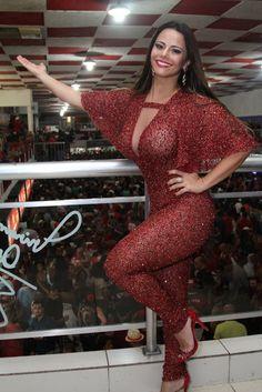 Viviane Araújo escolhe macacão decotado para 1º ensaio do Salgueiro