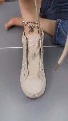 Ways To Lace Shoes, How To Tie Shoes, Mode Adidas, Diy Clothes And Shoes, Tie Shoelaces, Shoelace Belt, Diy Fashion Hacks, Creative Shoes, Clothing Hacks