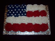 Pull Apart Cupcake Cakes are all the rage right now! Turn cupcakes into a cake with these fun ideas for any party or event! 4th Of July Cake, 4th Of July Desserts, Fourth Of July Food, 4th Of July Party, July 4th, Pull Apart Cupcake Cake, Pull Apart Cake, Cupcake Cakes, Cupcake Ideas