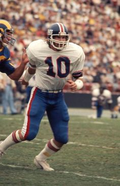 New York Giants linebacker Brad Van Pelt (10) during a 24 to 10 Giants win over the Los Angeles Rams on Sept. 26, 1976 at the Los Angeles Memorial Coliseum in Los Angeles.(AP Photo/NFL Photos)