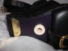 Uilleann bellows (two-coloured: black and purple). Soufflet cuir bicolore violet et noir pour uilleann pipes. Irish music.  Musique irlandaise.
