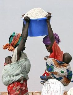 ♂ together African women African Beauty, African Women, African Art, African Life, We Are The World, People Around The World, Black Is Beautiful, Beautiful People, Baby Carrying