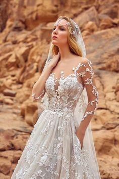 Découvrez notre création haute couture Liliana, une robe de mariée tout en dentelle avec de longues manches, de la collection Honeymoon, par Oksana Mukha.