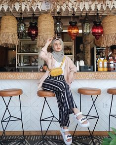 New Style Hijab Kulot Jeans Ideas Hijab Fashion Summer, Modest Fashion Hijab, Modern Hijab Fashion, Street Hijab Fashion, Casual Hijab Outfit, Hijab Fashion Inspiration, Islamic Fashion, Hijab Chic, Muslim Fashion