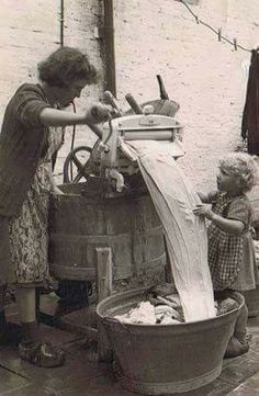 Helping grandmother with the wringer washer. - Helping grandmother with the wringer washer. Vintage Pictures, Old Pictures, Vintage Images, Old Photos, Ddr Museum, Vintage Laundry, Vintage Kitchen, The Good Old Days, Vintage Photographs