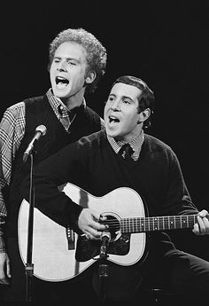 Simon & Garfunkel's Art Garfunkel, Paul Simon -- Get premium, high resolution news photos at Getty Images 60s Music, Folk Music, Celebrity Skin, Celebrity Photos, Simon And Garfunkel, Rock And Roll History, Teen Party Games, Paul Simon, Tears For Fears