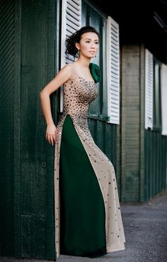 Love it (minus the big flower). Must get nude and dark colored ao dais! Ao Dai, Pakistani Dresses, Indian Dresses, Indian Outfits, Vietnamese Traditional Dress, Vietnamese Dress, Traditional Fashion, Traditional Dresses, Party Kleidung