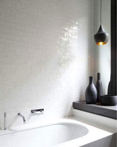 White tile for shower......white grout Friese witjes en metrotegels om de saaie witte muur te 'breken'   | roomed.nl