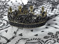 Here's diadem mourning the Queen Hortense, daughter of the Empress Josephine, wife of Louis Napoleon, King of Holland . The Queen Hortense wore during periods of mourning. The tiara is made of small beads of jet. On the death of Queen Hortense in 1837, it was inherited by Valerie Masuver her maid of honor. It was donated by his descendants in 1939 at the Museum of Malmaison