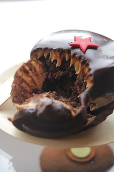 Celebrate #BlackFriday with a Black Friday Velvet #Cupcake from Sprinkles in #Vegas. A classic red velvet cupcake dipped in bittersweet #chocolate ganache.