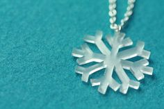 If you love doing shrinky dink crafts, then you'll have a ball making this Shrinky Dink Snowflake Necklace. This tutorial will show you step-by-step how to make a necklace out of shrinking plastic. You'll want to wear this DIY necklace all winter. Shrinky Dinks, Jewelry Crafts, Handmade Jewelry, Shrink Plastic Jewelry, Snowflake Template, Snowflake Pattern, Shrink Art, Shrink Film, Bijoux Fil Aluminium