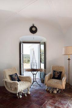 """""""those chairs""""! ... Le style bohème festif de Luis Galliussi - La ferme d'Eugenia Silva à Estrémadure"""