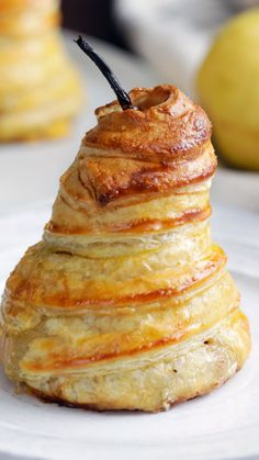 Guacamole Recipe Discover Stuffed Pears in Puff Pastry Cozy up to this warm sweet chocolate-stuffed poached pear wrapped tight in a flaky puffed pastry. Fruit Recipes, Sweet Recipes, Cake Recipes, Pear Dessert Recipes, Dinner Recipes, Snack Recipes, Just Desserts, Delicious Desserts, Yummy Food