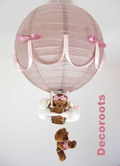 Plafonnier montgolfière. Le prix est honteux et c'est assez mièvre et grossier mais c'est une bonne base d'inspiration ! Balloon Lights, Hot Air Balloon, Girl Baby Shower Decorations, Balloon Decorations, Balloon Basket, Lampe Decoration, Themed Gift Baskets, Baby Presents, Rope Basket
