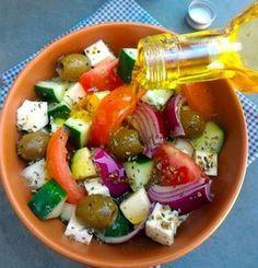 Salada grega (Choriátiki Saláta, com tomate, cebola roxa, pepino. I Love Food, Good Food, Yummy Food, Greek Recipes, Light Recipes, Food Porn, Clean Eating, Healthy Eating, Vegetarian Recipes